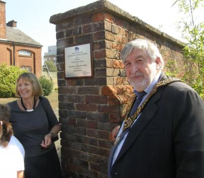 Chair of Friends of Town Quay Park Ros Cassy and the Mayor Councillor Ivan White. Image courtesy Arthur Jeffery.